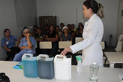 Equipe da higienização do HEELJ participa de treinamento