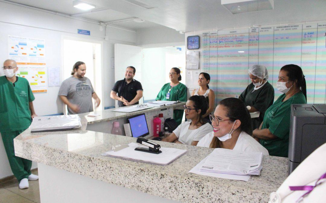 Fisioterapeuta do HEELJ visita os setores reforçando a necessidade da prática de atividades físicas