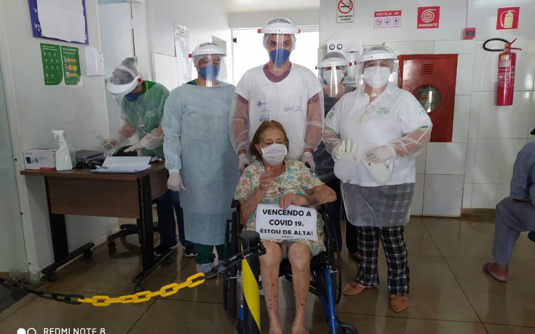 Pacientes curados de COVID-19 no HEELJ recebem alta