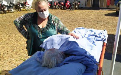 Paciente com 96 anos recebe banho de sol no HEELJ