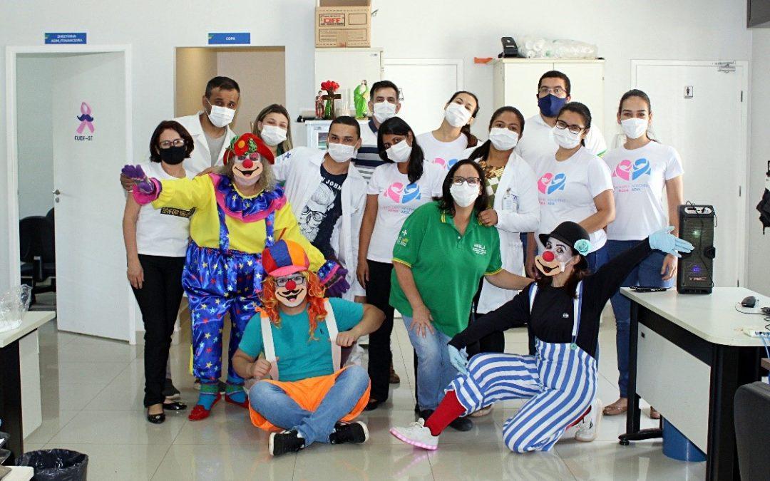 No dia do riso, voluntários levam alegria para pacientes e colaboradores do HEELJ