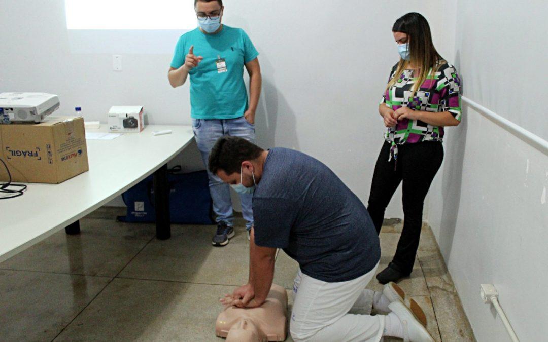 Colaboradores do HEELJ recebem reciclagem sobre o manejo da parada cardiorrespiratória