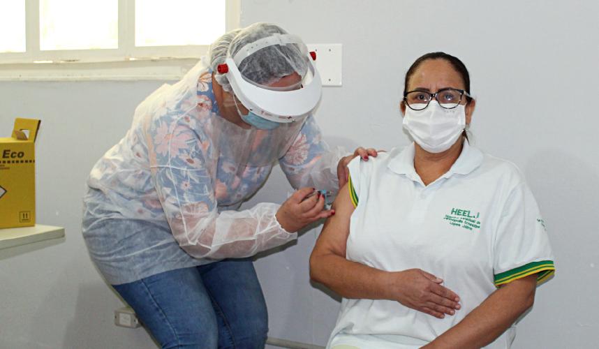 Trabalhadores da saúde do HEELJ recebem imunização contra a COVID-19